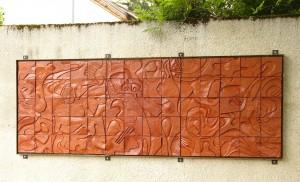 Bas-relief constitué de 70 carreaux de terre cuite